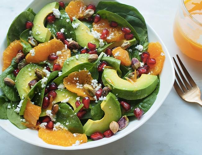Salade d'avocat à l'orange, grenade et pistache avec vinaigrette citronnée